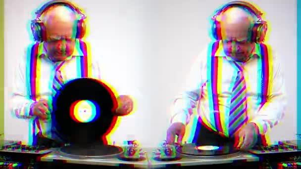 egy csodálatos nagypapa Dj, idősebb ember DJ és a bulizás disco környezetben. Ez változat birtokol szándékos overlayed torzítás és fénylik Videoeffektusok