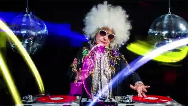 Starší žena djing a párty v disco prostředí