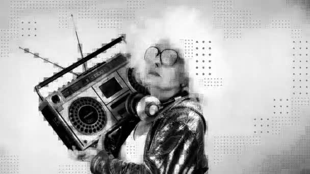 Úžasná babička Dj, starší dáma s ghettoblaster párty v diskotéce nastavení s overlayed video distortion a glitch efekt.