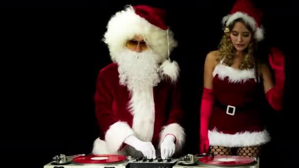 Otec Vánoc a krásná paní claus djing a tančí na večírku
