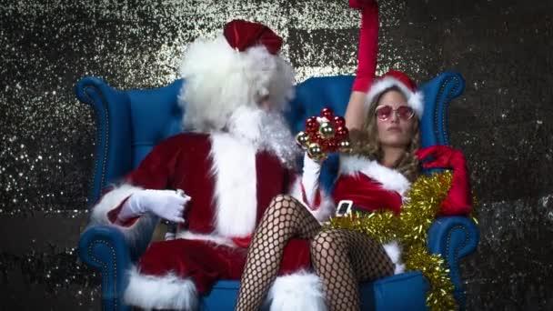 Otec Vánoc a sexy paní claus jsou Opilé a večírek