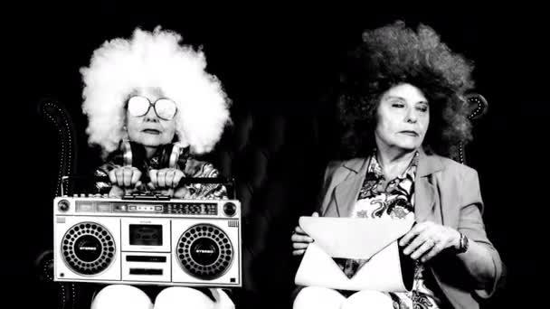 úžasná babička Dj, starší dáma s ghettoblaster, párty v disco prostředí. Tato verze natáčela dvakrát, aby dva znaky