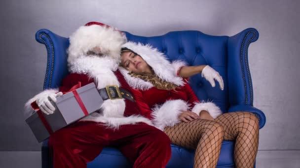 Mikulás és a szép asszony Claus már elaludt