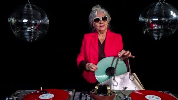 DJ nagymama kezében vinyl rekord diszkó stúdió háttér