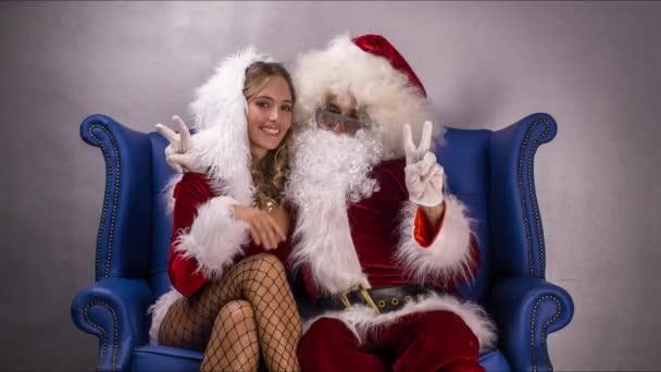 Otec Vánoc a krásné paní claus pózuje pro kamery a pořízení selfie