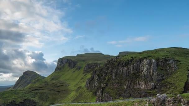 Časová prodleva krásné quiraing rozmezí hor v Ostrov skye, Skotsko na slunečný den