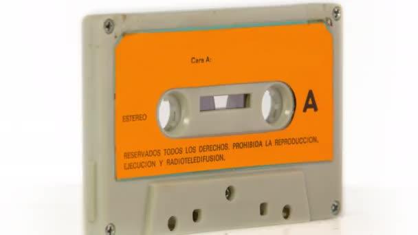 změna zvukového pásku kazety otočit o 360 stupňů. Tato verze má záměrné zkreslené závada