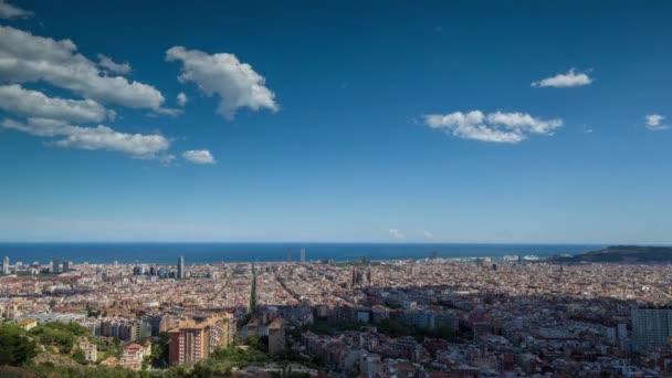 Weitwinkel-Zeitraffer von Barcelona aus dem Bunker de Carmel mit Panoramablick über die Skyline der Stadt erschossen