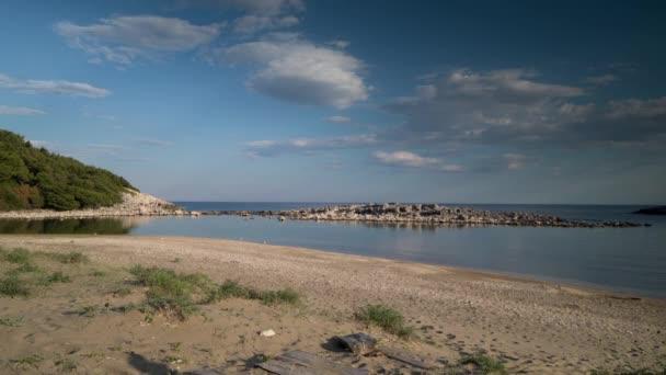 Opuštěná pláž v ostrov Mljet, Chorvatsko s nádherným křišťálově čisté vody Jaderského moře.