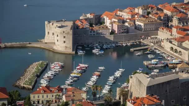 Letecký pohled na pevnost a přístav starého města Dubrovníku v Chorvatsku