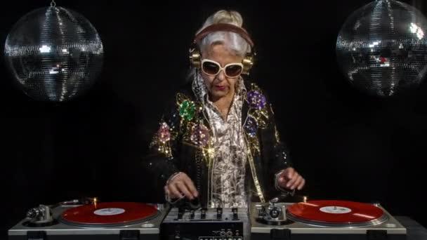 DJ nagyi disco környezetben