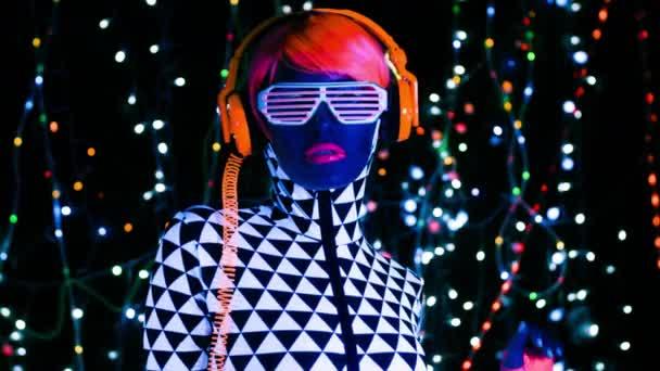 Szexi nő a fluoreszkáló ruházat, Uv-fényben fekete fények, a háttérben