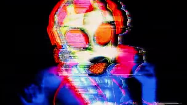 Nő visel a fluoreszkáló gázálarc tánc fekete háttér