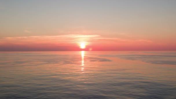 natočil krásný východ slunce na obzoru na moři z lodi ve Středozemním moři