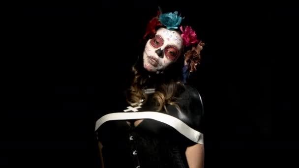 szép nő, egyéni tervezett candy koponya mexikói napján a halott arca töltsük fel a fekete háttér