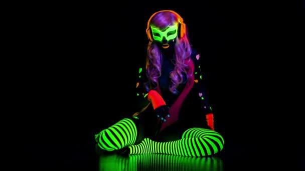 női disco táncos Uv fluoreszkáló jelmeze pózol