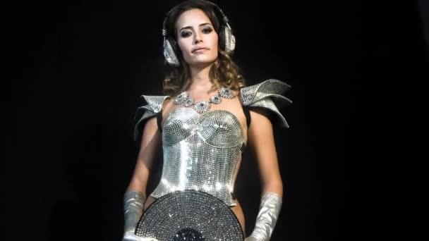 Csodálatos szexi nő, a fekete háttér a csillogó ezüst ruha tánc