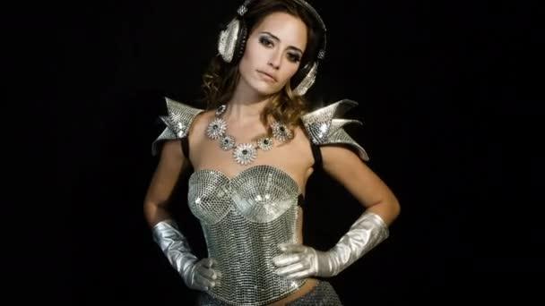 csodálatos szexi nő csillogó ezüst ruha tánc