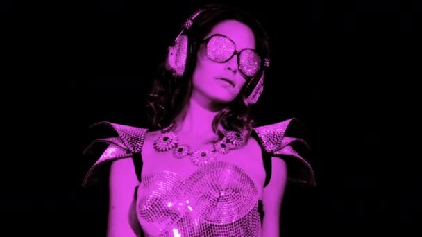 erstaunliche sexy Frau tanzt in glitzerndem silberfarbenem Kostüm