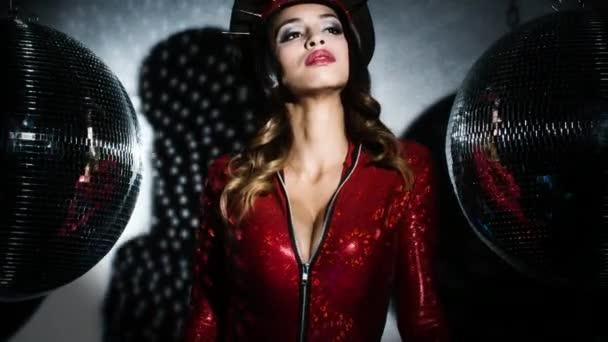 Szexi nő csodálatos piros kémruhája van tüskés katonai kalapban pózol