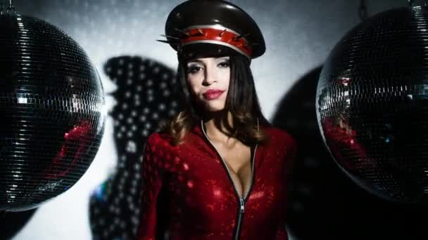 sexy Frau posiert in atemberaubendem roten Catsuit mit besticktem Militärhut