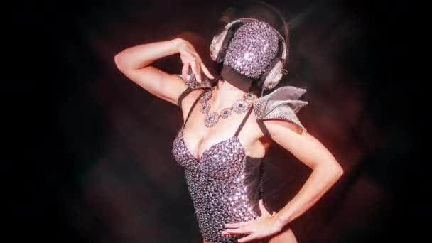 erstaunliche Frau tanzt in diamantbedeckter Gesichtsmaske und Kostüm