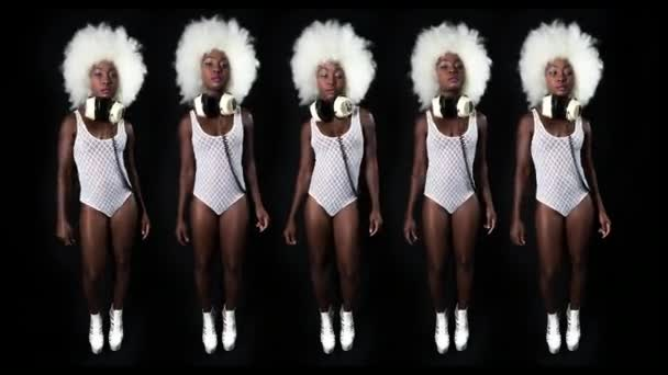 krásná Africká ženský model s velkým afro paruka tanec. Ideální pro stylový klub, diskotéku a módní události