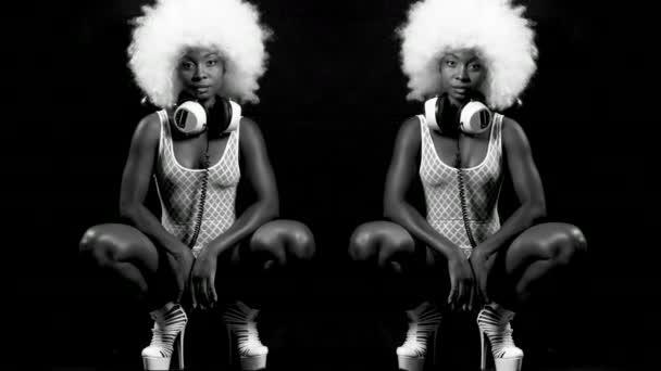 bello modello femminile africano con grande parrucca afro danza. Perfetto per gli eventi di club, discoteca e moda eleganti