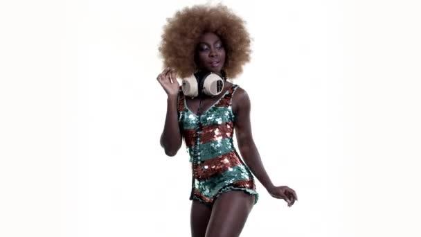 Csodálatos afrikai nő a nagy, csillogó ruha tánc afro paróka