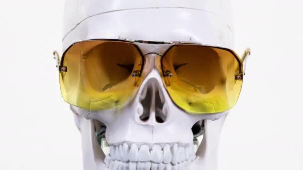 lebka s měnící se stylové sluneční brýle a brýle