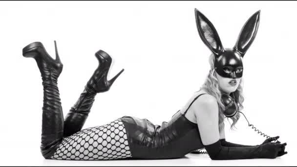 Sexy žena v velkých králíček uši masku a černé latexové tělo na bílém pozadí