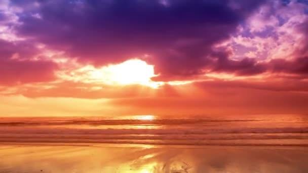 Scénický výhled na západ slunce nad mořem s barevným efektem v Galicii, Španělsko