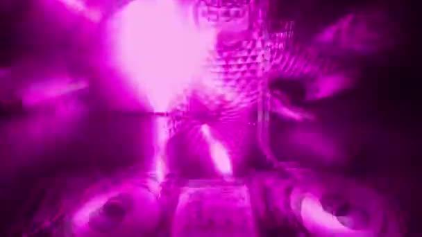 Frau im ganzen Kostüm tanzt mit bunten Lichtern