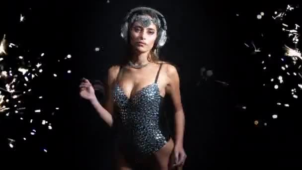 schöne Frau in Körper und Kopfhörer bewegen sich auf schwarzem Hintergrund