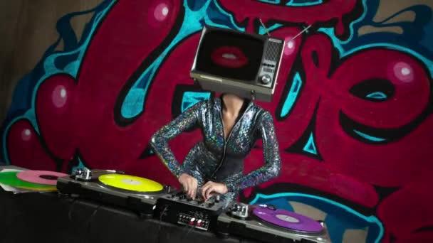 Nő, tv-vel, a fej DJ graffiti háttér