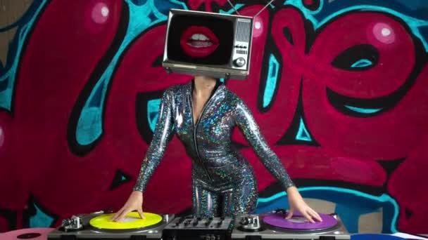 Žena s tv na hlavu djing s graffiti na pozadí
