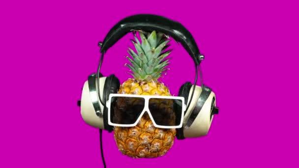Ananász a napszemüveg és fejhallgató élénk rózsaszín háttér