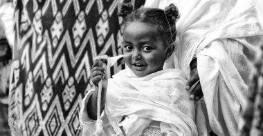 Etiyopya, Lalibela-Ocak 2018--genna celebratio kimliği belirsiz genç kız yaklaşık