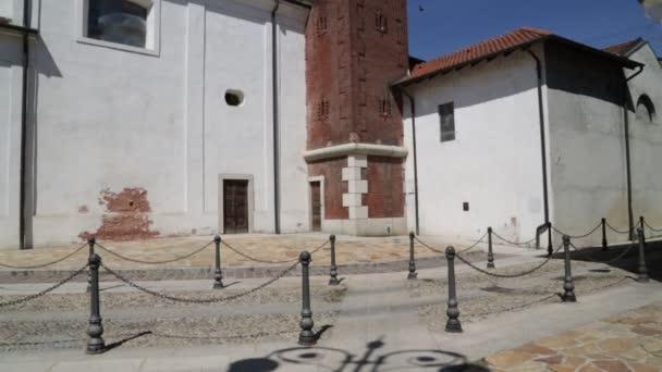 starobylé katolické církve a hodiny věž v Itálii