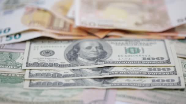 záběry z dolarových bankovek pro pozadí