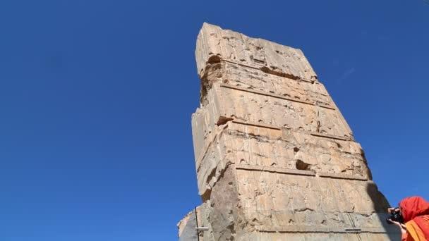 turista v Persepolis staré ruiny, památky historické destinace v Íránu