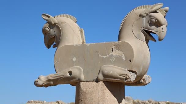 socha v Persepolis staré ruiny, památky historické destinace v Íránu