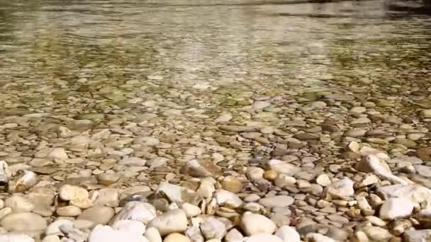 zavírání kamenů a plovoucích vod