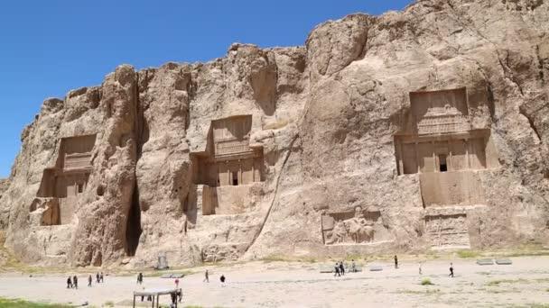 Turisté procházkové poblíž starých zřícenin nedaleko Persepolis v Íránu