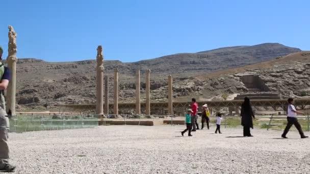Turisté v Persepolis staré ruiny, památky historické destinace v Íránu