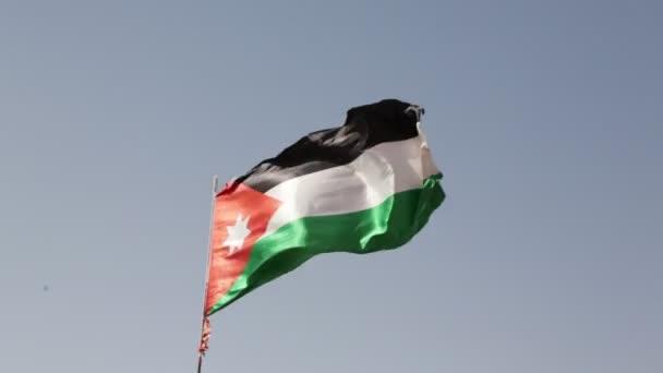 Nemzeti zászló a szél elleni ég