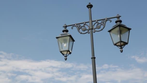 close-up záběry vintage lucerny na modrém pozadí oblohy