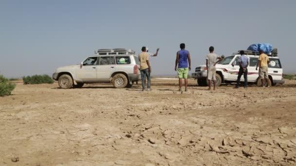 Äthiopien, Danakil - ca. Dezember 2017: Unbekannte wechseln Reifen in der Wüste