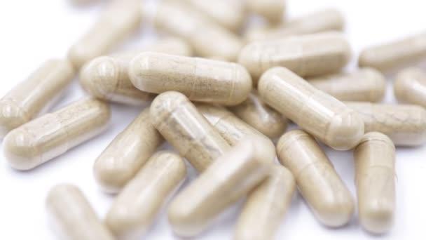 Pillen und Medikamente auf weißem Hintergrund, wie Gesundheits- und Lebenskonzept