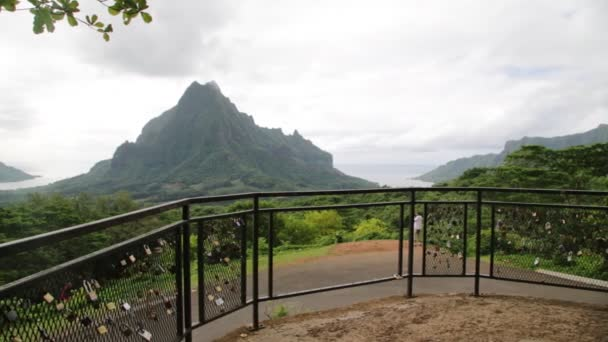 visuzávěry na plotě s horami na pozadí